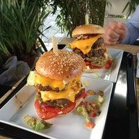 Photo taken at Richie'n Rose – Burger No.1 by Guido N. on 5/26/2013