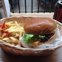 3/30/2015 tarihinde Dora S.ziyaretçi tarafından Tommi's Burger Joint'de çekilen fotoğraf
