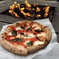 Foto tomada en Pyro Pizza por Sarah E. el 5/26/2018