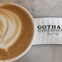 Photo prise au Gotham Coffee Roasters par Sarah E. le8/19/2018