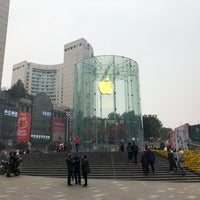 Photo taken at Apple Jiefangbei by 氢氧化醋 on 2/14/2018