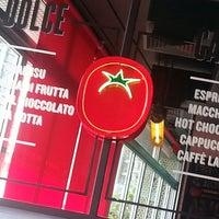 Photo taken at Pomodoro Pizzeria by Roula G. on 8/8/2013