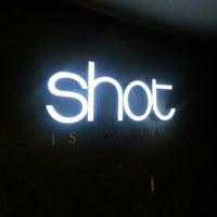 11/4/2013 tarihinde Kevin K.ziyaretçi tarafından Shot Bistro Lounge & Bar'de çekilen fotoğraf