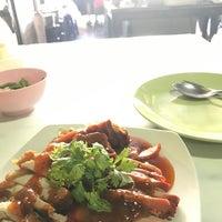 Photo taken at ข้าวหมูแดงเรือเมล์ (สูตรน้ำพริกเผา) by Beer P. on 9/28/2017