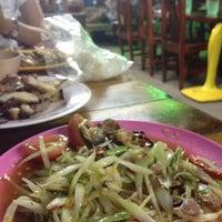 Photo taken at ร้านส้มตำปลื้มจิต by Beer P. on 3/2/2015