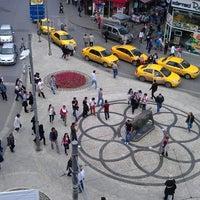 Das Foto wurde bei Altıyol Meydanı von Ertuğrul K. am 5/13/2013 aufgenommen