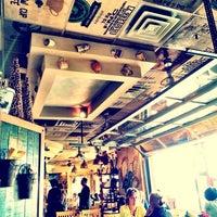 Das Foto wurde bei Yellow Cup Cafe von Jennifer C. am 10/16/2013 aufgenommen