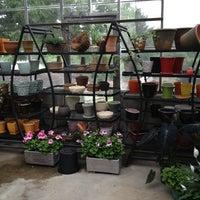 Das Foto wurde bei Eric's Flower & Plant Emporium von Amber B. am 6/11/2013 aufgenommen