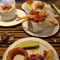 Foto tomada en Bobby's Burger Palace por Michelle C. el 12/17/2013