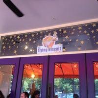 Das Foto wurde bei The Flying Biscuit von Lesley L. am 7/8/2012 aufgenommen