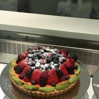 Das Foto wurde bei Lady M Cake Boutique von Olya G. am 7/30/2017 aufgenommen