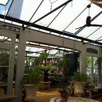 Foto tirada no(a) Petersham Nurseries Cafe por Ky Ha T. em 5/27/2013