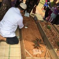 Photo taken at Tanah Perkuburan Islam Kampung Kemensah by Kullibas on 8/13/2016
