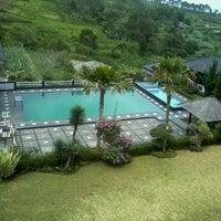 Photo taken at Villa Omah Gunung Puncak by Nadiyah A. on 11/16/2013