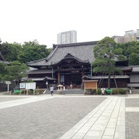 Foto scattata a Sengakuji Temple da shirotanukiman il 6/15/2013