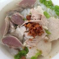 Photo taken at Pitt Street Koay Teow Th'ng (椰腳粿條湯) by Siu S. on 11/8/2013