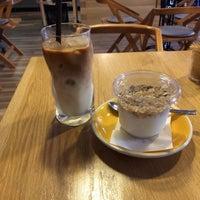 Photo prise au 9 Bar Coffee par Katusha S. le8/9/2017