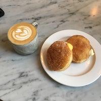 Foto tomada en General Porpoise Coffee & Doughnuts por Buddy A. el 8/4/2017