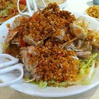 Photo taken at Chuk Yuen Seafood Restaurant 竹園海鮮飯店 by Maki K. on 10/20/2012