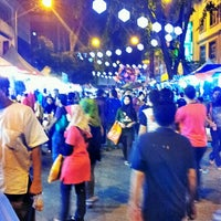 Photo taken at Pasar Malam Jalan Tuanku Abdul Rahman by Nissa Z. on 7/26/2013