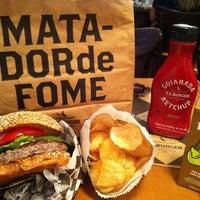 Foto tirada no(a) T.T. Burger por Rafael F. em 9/13/2013
