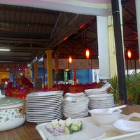 Photo taken at Restoran Juara Ikan Bakar 24 Jam by NaNa A. on 1/25/2014
