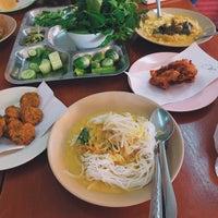 Photo prise au ขนมจีนแม่ติ่ง par Yaweeta N. le12/19/2016