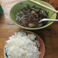 Photo taken at ก๋วยเตี๋ยวเนื้อวัวนายใช้ (บ้านแพน) by HIN SPEED H. on 5/24/2018