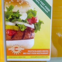 Foto tirada no(a) Yellow Sunshine Burger por avigail a. em 8/8/2013