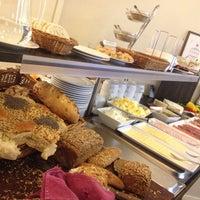 Foto scattata a SIS. Deli + Café da Essi S. il 1/17/2013