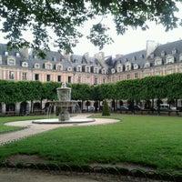 5/24/2013 tarihinde Carolina P.ziyaretçi tarafından Place des Vosges'de çekilen fotoğraf