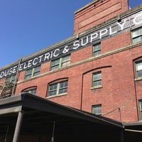 Foto tomada en Schoolhouse Electric & Supply Co. por Andrew N. el 8/18/2013