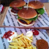 6/23/2013 tarihinde Zekoziyaretçi tarafından Burger Joint'de çekilen fotoğraf
