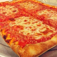 Foto tirada no(a) Rizzo's Fine Pizza por Rob Y. em 8/12/2013