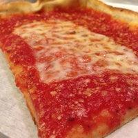 Foto tirada no(a) Rizzo's Fine Pizza por Rob Y. em 10/30/2013