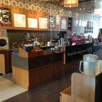 Photo taken at Gloria Jean's Coffees by ZehWarnn P. on 12/15/2012