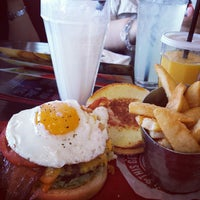 Photo taken at Red Robin Gourmet Burgers by gio613 on 10/14/2013