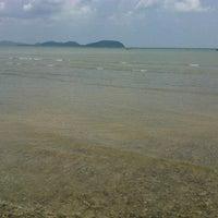 Foto tirada no(a) Pantai Mersing por Kay 1. em 10/6/2012
