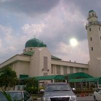 Foto scattata a Masjid al-Hasanah مسجد الحسنة da |P5s |. il 7/8/2013