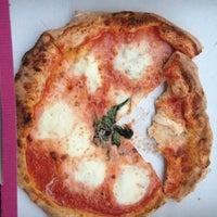 Foto tomada en Gusta Pizza por Shelby C. el 6/3/2013