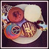 Photo taken at Crushcakes Cupcakery & Crushcafe by Julien on 8/22/2013
