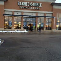 Photo taken at Barnes & Noble by VisuaLStimuluS A. on 12/26/2013