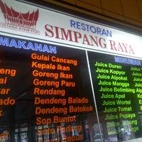 Photo taken at Rumah Makan Simpang Raya by Handinata J. on 9/17/2013