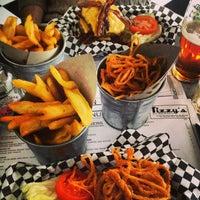 Foto scattata a Tizzy's NY Bar & Grill da Efe A. il 2/14/2013
