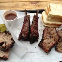 รูปภาพถ่ายที่ John Mueller Meat Company โดย Zack Z. เมื่อ 4/25/2013