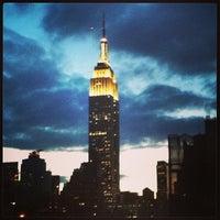 Foto tomada en Edificio Empire State por Debra R. el 3/22/2013