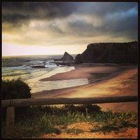 Foto tirada no(a) Praia de Odeceixe por Paulo M. em 6/8/2013