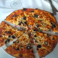 Foto scattata a Frank's Pizza House da W Y. il 9/9/2014