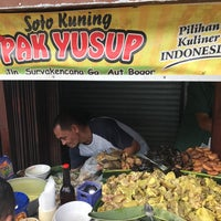 Photo taken at Soto Kuning Pa' M. Yusuf by Janto W. on 9/16/2017