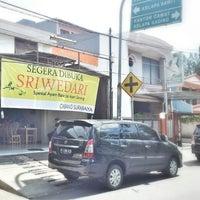 Photo taken at Ayam Bakar&Goreng SRIWEDARI cabang Surabaya by Josephfani W. on 5/4/2014